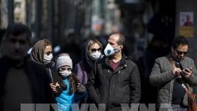 Người dân đeo khẩu trang để phòng tránh lây nhiễm COVID-19 tại Tehran, Iran, ngày 23/2/2020. Ảnh: THX/TTXVN
