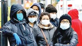 Nhiều người dân New York, Mỹ không còn thờ ơ với việc đeo khẩu trang.  Ảnh: EPA