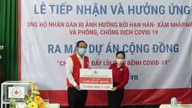 Cơ quan đại diện phía Nam của Hội Chữ thập đỏ Việt Nam  tiếp nhận tiền, hàng nhân dân ủng hộ phòng chống dịch Covid-19 và khắc phục hạn mặn. Ảnh: VIỆT NGA