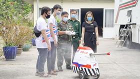 Robot CD1.0 của nhóm nghiên cứu Trường ĐH Tôn Đức Thắng được bàn giao  cho Trung tâm cách ly tập trung phòng chống dịch Covid-19 tại Ký túc xá ĐH Quốc gia TPHCM