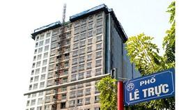 Bắt đầu phá dỡ tầng 17 và 18 của tòa nhà 8B Lê Trực