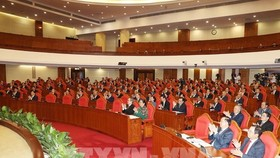 Các đồng chí lãnh đạo Đảng, Nhà nước và các đại biểu dự hội nghị.