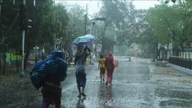Người dân sơ tán tới nơi ở tạm để tránh bão Amphan tại Digha, Tây Bengal, Ấn Độ, ngày 18-5-2020. Ảnh: AFP/TTXVN