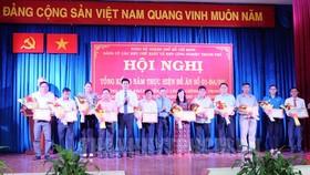 Trưởng Ban Dân vận Thành ủy TP Nguyễn Hữu Hiệp và Bí thư Đảng ủy Hứa Quốc Hưng tặng giấy khen cho các tập thể đạt thành tích xuất sắc trong thực hiện nhiệm vụ.