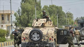 Binh sĩ Afghanistan triển khai bên ngoài nhà tù ở thành phố Jalalabad, tỉnh Nangarhar trong cuộc đọ súng với các tay súng IS ngày 3-8-2020. Ảnh: AFP/TTXVN