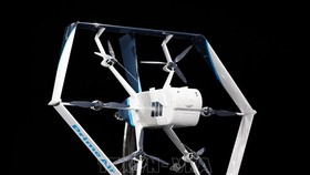Máy bay không người lái dùng để chuyển phát hàng hóa của Amazon được giới thiệu tại một sự kiện ở Las Vegas, Mỹ. Ảnh tư liệu: AFP/TTXVN