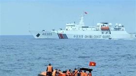 Đoàn lực lượng Cảnh sát biển Việt Nam sang tàu Cảnh sát biển Trung Quốc tham dự hội đàm tổng kết chuyến kiểm tra liên hợp nghề cá Việt Nam-Trung Quốc năm 2019. Ảnh: TTXVN