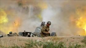 Lực lượng Armenia nã pháo về phía quân đội Azerbaijan trong cuộc giao tranh ở khu vực tranh chấp Nagorny-Karabakh. Ảnh: AFP/TTXVN