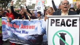 Một cuộc tuần hành phản đối căng thẳng leo thang giữa hai quốc gia sở hữu vũ khí hạt nhân Ấn Độ và Pakistan hồi năm 2019. Ảnh: AFP