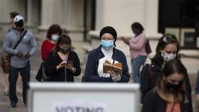 Cử tri xếp hàng chờ bỏ phiếu bầu cử sớm Tổng thống Mỹ 2020 tại Arlington, Virginia. Nguồn: AFP/TTXVN