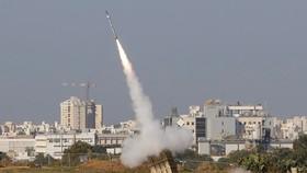 Tên lửa đánh chặn được phóng từ hệ thống phòng không Iron Dome tại thành phố Ashdod, Israel ngày 12/11/2019. Ảnh: AFP/TTXVN