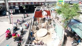 Công trình thi công rào chắn trên đường Phạm Thế Hiển, quận 8, ngày 2-1-2021. Ảnh: CAO THĂNG