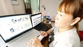 Tìm hiểu sản phẩm bán trên trang thương mại điện tử. Ảnh: CAO THĂNG