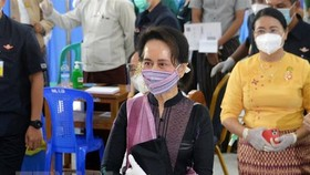 Bà Aung San Suu Kyi (phía trước). Ảnh: AFP/TTXVN