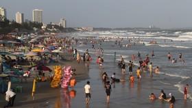 Du khách vui chơi tắm biển trong dịp Tết Tân Sửu tại TP Vũng Tàu