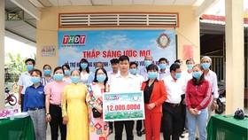 """Công ty TNHH MTV Xổ số kiến thiết tỉnh Đồng Tháp trao học bổng """"Thắp sáng ước mơ"""" tại xã Hòa An, thành phố Cao Lãnh"""