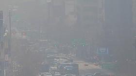 Bụi mù bao phủ bầu trời tại Seoul, Hàn Quốc, ngày 18-3-2021. Ảnh: Yonhap/TTXVN