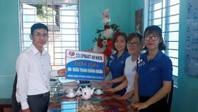 Đại diện Co.opmart Quy Nhơn và Co.opmart An Nhơn  tặng khẩu trang cho địa phương