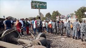 Hiện trường vụ tai nạn tàu hỏa bị trật đường ray tại tỉnh Qalioubia, phía Bắc thủ đô Cairo, Ai Cập, ngày 18-4-2021. Ảnh: AFP/TTXVN
