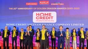 Ông Fabien Sanchez, Giám đốc Bộ phận Rủi ro và Thu hồi nợ đại diện Home Credit Việt Nam nhận giải thưởng từ đại diện Ban tổ chức giải thưởng Rồng Vàng 2020