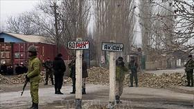 Binh sĩ Tajikistan tuần tra tại Vorukh, khu vực biên giới phía Bắc giáp Kyrgyzstan. Ảnh: RFE/TTXVN