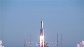 Tên lửa đẩy Trường Chinh-5B rời bệ phóng. Ảnh minh họa: THX/TTXVN