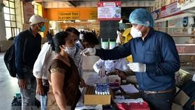 Một điểm xét nghiệm COVID-19 tại New Delhi, Ấn Độ. Ảnh: THX/TTXVN