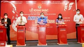 Các đồng chí lãnh đạo thực hiện nghi thức khai mạc hội thi