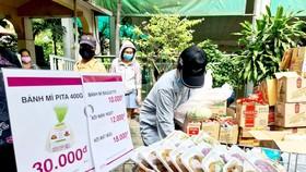 Chọn mua nhu yếu phẩm tại điểm bán dã chiến do Công ty TNHH Aeon Việt Nam tổ chức.  Ảnh: NGỌC HIỂN