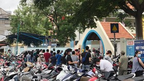 Tụ tập đông người tại điểm tiêm vaccine  Trường Mầm non Anh Đào (quận Gò Vấp)