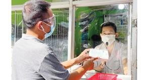 Anh Phú Trần (quận 3, TPHCM) mua dụng cụ test nhanh virus SARS-CoV-2 để sử dụng  tại nhà chiều 6-8. Ảnh: HOÀNG HÙNG