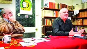 Ông Kenny Coyle (bên phải) trong một buổi nói chuyện về chủ nghĩa Marx-Lenin