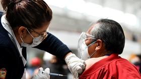 Nhân viên y tế tiêm vaccine phòng COVID-19 cho người dân tại Ecatepec, Mexico, ngày 22-2-2021. Ảnh: THX/TTXVN
