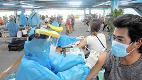Người dân được tư vấn kỹ trước khi tiêm vaccine