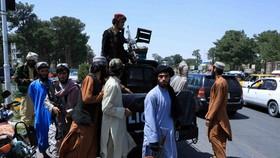 Lực lượng Taliban tuần tra trên một con phố ở Herat, Afghanistan ngày 14-8-2021. Ảnh: REUTERS