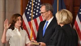 Tân Thống đốc bang New York Kathy Hochul (trái) tại lễ tuyên thệ nhậm chức ở New York, Mỹ, ngày 24-8-2021. Ảnh: AFP/TTXVN