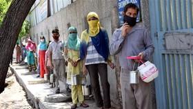 Người dân xếp hàng chờ nhận lương thực cứu trợ tại New Delhi, Ấn Độ, ngày 22-5-2021. Ảnh: THX/ TTXVN