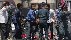 Chuyển người bị thương trong vụ nổ nghi là đánh bom liều chết bên ngoài sân bay quốc tế ở Kabul, Afghanistan ngày 26-8-2021. Ảnh: Aljazeera/TTXVN