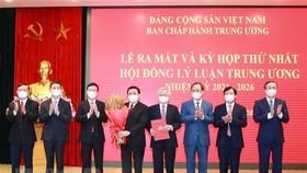 Đồng chí Võ Văn Thưởng, Ủy viên Bộ Chính trị, Thường trực Ban Bí thư trao quyết định thành lập Hội đồng Lý luận Trung ương nhiệm kỳ 2021-2026. Ảnh: TTXVN