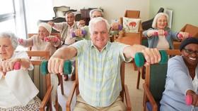 Tập phục hồi sức khỏe tại một trung tâm chăm sóc người cao tuổi ở Anh