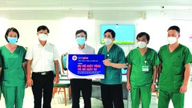 Ông Lê Xuân Thái - Chủ tịch CĐ EVNSPC trao tặng Bệnh viện Bạch Mai tại TPHCM (Bệnh viện Dã chiến số 16) 50 máy tính và 50 máy in