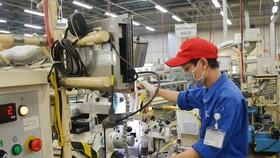 Công nhân làm việc trong ngày đầu thực hiện nới lỏng giãn cách xã hội tại Khu Công nghiệp Linh Trung 1 TP Hồ Chí Minh. Ảnh: TTXVN