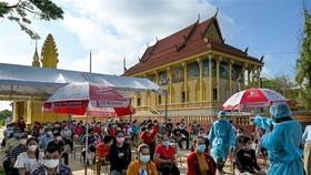 Người dân chờ tiêm vaccine ngừa COVID-19 tại Phnom Penh (Campuchia). Ảnh: AFP/TTXVN