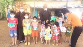 Hội Nông dân huyện Trảng Bom (Đồng Nai) cùng chùa Viên Giác trao tặng sữa và thiết bị học trực tuyến cho trẻ em xã Sông Trầu