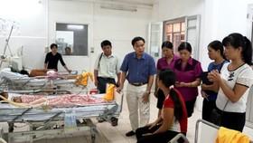 Lãnh đạo Sở Y tế Cao Bằng thăm hỏi gia đình các cháu bé nghi bị ngộ độc đang điều trị tại BV tỉnh Cao Bằng