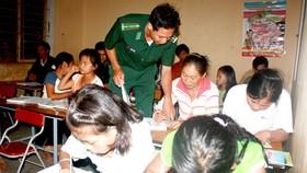 Những thầy giáo mang quân hàm xanh đang giúp trẻ nhỏ và người dân ở vùng sâu, vùng xa được mở mang kiến thức