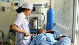 Bác sĩ Bệnh viện đa khoa huyện Vị Xuyên điều trị cho bệnh nhân bị ngộ độc
