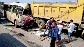 Hiện trường vụ tai nạn giữa xe khách và xe tải trên Quốc lộ 18 đoạn qua địa phận Hà Nội