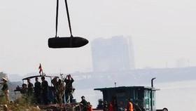 Cận cảnh quá trình trục vớt quả bom dưới sông Hồng gần cầu Long Biên