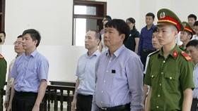 Bị cáo Đinh La Thăng cùng các đồng phạm trong phiên tòa phúc thẩm xét xử vụ án cố ý làm trái và tham ô tài sản ở PVN và PVC. Ảnh: TTX